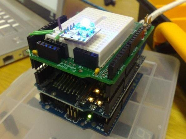 Durch das Aufstecken von Shields können Arduinos beliebig erweitert werden. Hier zum Beispiel eine progammierbare BlinkM-RGB-LED auf einem Ethernet-Shield auf einem Arduino.