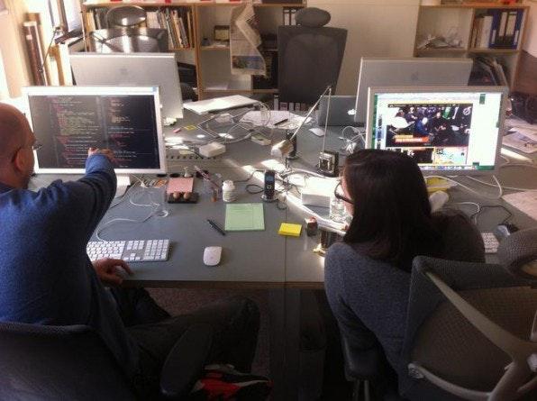 Sarah Lincoln (Designer) und Moritz Guth (Web Developer) arbeiten bei Edenspiekermann unmittelbar zusammen.