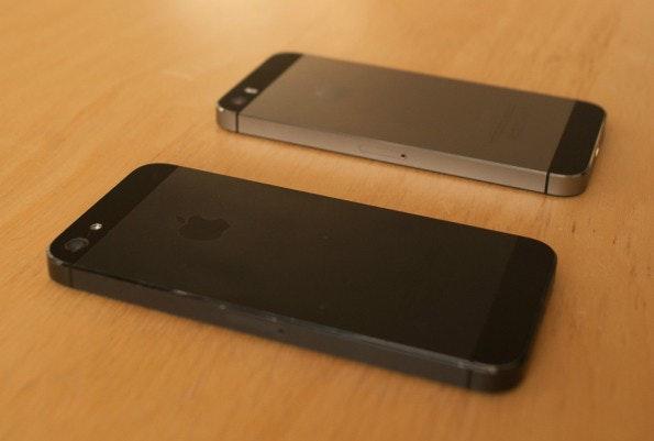Apple hat die Farbgebung stark verändert. Zumindest die Rückseite sieht nun komplett anderes aus. Vorne iPhone 5 in Schwarz, hinten iPhone 5s in Space-Grau. (Foto: Dennis Wisnia)