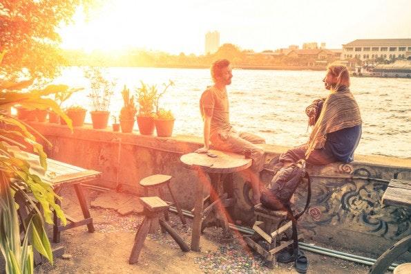 Nach Feierabend sollte man sich auch mit Freunden treffen, die etwas völlig anderes machen. (Foto: Shutterstock / View Apart)