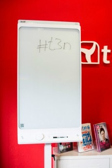 Über das Scannen des QR-Codes auf dem Board verbindet es sich per Bluetooth mit der App. (foto: t3n)