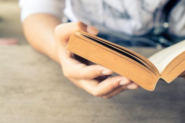 Viel lesen: Das hilft laut Dr. Kunkel-Razum von der Duden-Sprachberatung dabei, das Gespür für Rechtschreibung zu trainieren. (Foto: Shutterstock.com)