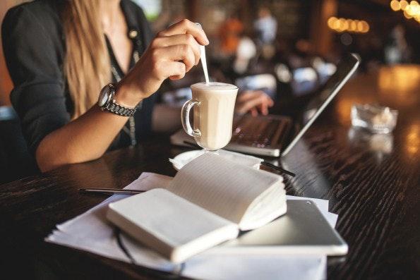 Morgens beim Kaffee erste Ziele identifizieren. Jeder hat andere Bedürfnisse, um produktiver zu arbeiten. (Foto: Shutterstock-Katsiaryna Pakhomava)