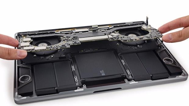 Das Macbook Pro mit Touch-Bar aufgeschraubt. (Foto: iFixit)