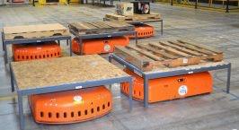 Mehrere Roboter von Amazon Robotics im Einsatz. (Foto: Jochen G. Fuchs)