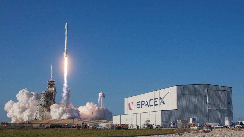SpaceX schickt die ersten 60 Satelliten für ein globales Internet-Netz ins All