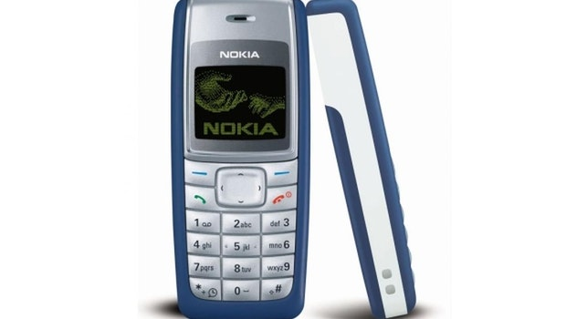2. Der 2005 vorgestellte Nachfolger des 1100, das Nokia 1110, soll sich mit 250 Millionen Einheiten genauso gut verkauft haben wie der Vorgänger. Eine Besonderheit war das Schwarz-Weiß-Display, das Inhalte invertiert dargestellt hat. (Bild: Nokia)