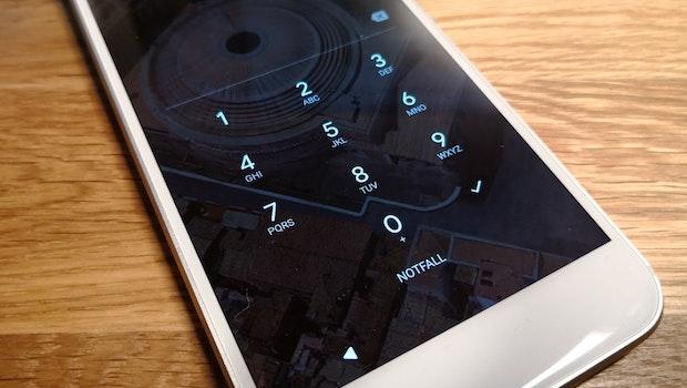 Smartphone stets mit PIN und Fingerabdrucksensor sichern:Auch wenn es vielleicht bequemer ist, keinen PIN-Code (besser nicht vier-, sondern sechsstellig) oder kein Entsperrmuster (nicht sonderlich sicher, aber besser als überhaupt keine Sicherung) anzulegen: Macht es! Denn jede noch so kleine Hürde hindert unbefugte Dritte daran, auf euer Gerät zuzugreifen. Ideal ist es natürlich, nicht nur 1234 oder 1111 als Pin zu nutzen. Erst nach der erfolgreichen Eingabe des Codes wird euch Zugriff auf alle Daten und die Smartphone-Funktionen gewährt. Falls euer Smartphone einen Fingerabdrucksensor an Bord hat, solltet ihr den verwenden. Der Fingerabdruck verlässt in der Regel nicht das Smartphone, sondern wird nur lokal auf dem Gerät gespeichert. Das gilt sowohl für Android-Geräte als auch für iPhones.  (Foto: t3n)
