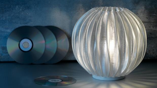 Jedes Modell der Leuchtenserie Quartz entsteht aus dem Material 24 alter CDs. (Foto: Signify)