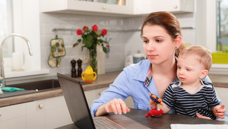 Wenn das Kind krank ist, bleiben aktuell überwiegend die Mütter zu Hause.