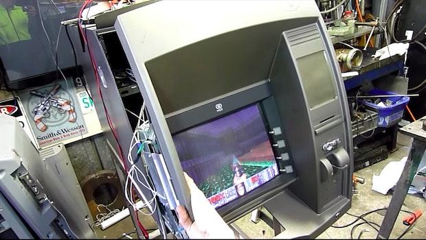 Doom auf einem Geldautomaten. (Screenshot: Aussie50 / Youtube)