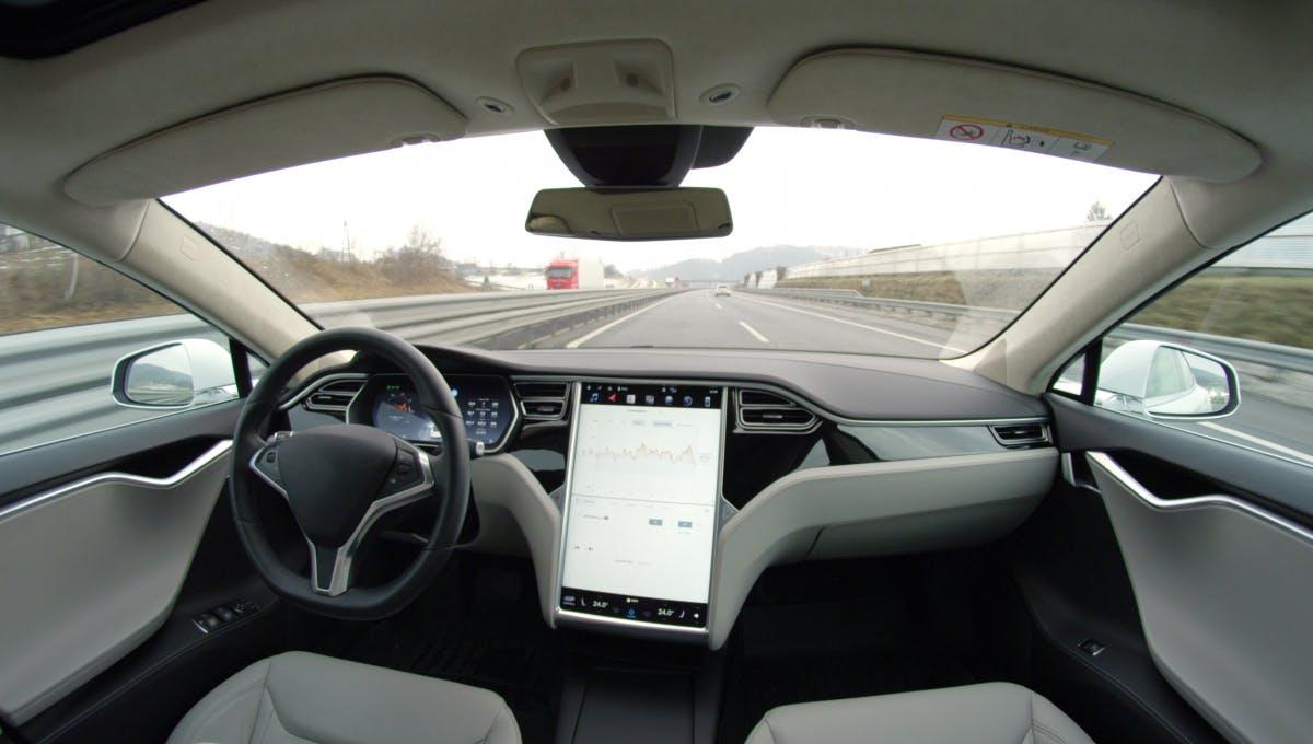 Strange mistake: Tesla thinks the moon is a traffic light
