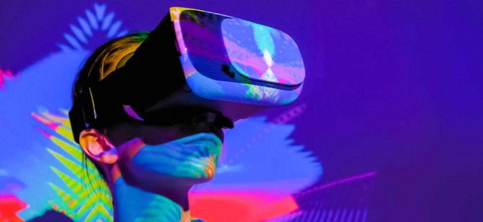 Eine Frau mit VR-Brille