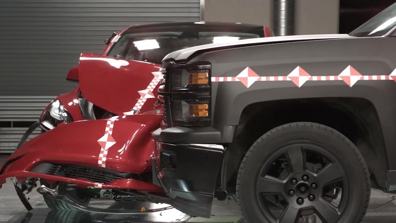 Tesla Crash Lab: Das passiert wenn ein Pickup in ein Model Y kracht