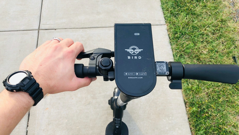 So will Bird dich davon abhalten, mit dem Scooter auf dem Bürgersteig zu fahren